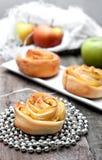 打开微型饼用苹果和桂香 免版税图库摄影
