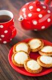 打开微型饼用酸奶干酪 库存照片