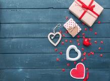 打开心脏形状礼物盒用在木背景的曲奇饼 免版税库存图片