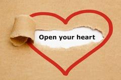 打开您的心脏被撕毁的纸 免版税库存照片