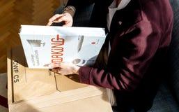 打开新书红色小点设计年鉴的妇女 免版税图库摄影