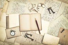 打开日志书、葡萄酒辅助部件、老信和明信片 免版税库存照片