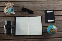打开日志围拢与旅行的辅助部件 免版税图库摄影