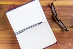 打开日志或办公室学报与双重页被排行的空白传播 免版税图库摄影