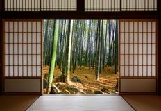 打开日本滚滑门和豪华的绿色竹森林 库存图片
