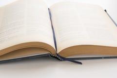 打开旧书,古色古香的文学 免版税库存照片