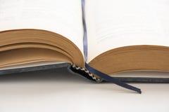打开旧书,古色古香的文学 免版税库存图片