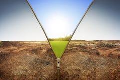 打开显示干陆风景的拉链变成绿色土地la 免版税图库摄影