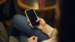 打开智能手机屏幕,广告的,阿尔法通道,技术地方的妇女 股票视频