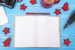 打开有一支红色铅笔的空白的笔记本 免版税图库摄影