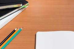打开有三支铅笔大模型的笔记本 免版税库存图片