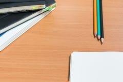 打开有三支铅笔的笔记本 免版税库存照片