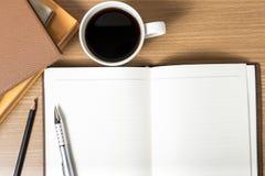 打开有书和咖啡杯的笔记本 库存图片