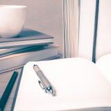 打开有书和咖啡杯葡萄酒样式的笔记本 库存图片