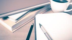 打开有书和咖啡杯葡萄酒样式的笔记本 免版税库存照片