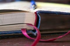 打开有书签的日志笔记本 库存照片