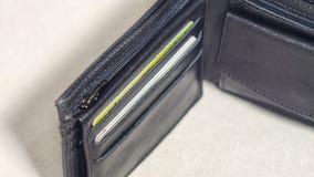 打开有信用卡特写镜头的黑皮革钱包 免版税库存照片