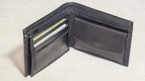 打开有信用卡的黑皮革钱包 免版税库存图片