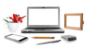 打开有共同的办公室元素的笔记本在白色 免版税库存图片