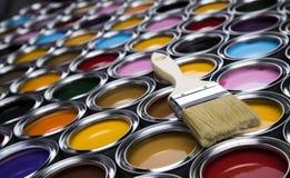 打开有刷子的油漆罐头,彩虹颜色 免版税库存图片