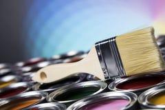 打开有刷子的油漆罐头,彩虹颜色 库存照片