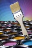 打开有刷子的油漆罐头,彩虹颜色 库存图片
