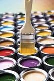 打开有刷子的油漆罐头,彩虹颜色 图库摄影