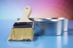 打开有刷子的油漆罐头,彩虹颜色 免版税图库摄影