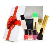打开有化妆用品材料的礼物盒 免版税库存图片