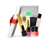 打开有化妆用品的礼物盒在白色 免版税库存照片