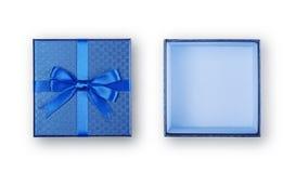 打开有发光的缎弓的空的蓝色方形的礼物盒 免版税库存照片