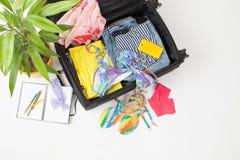 打开有夏天事的手提箱反对白色背景 免版税库存图片