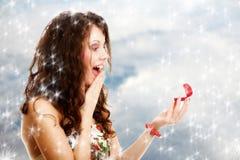打开有定婚戒指的惊奇的女孩红色礼物盒。冬天。 库存图片