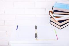 打开有拷贝空间的在工作场所的笔记本和书 顶视图和选择聚焦 免版税库存图片