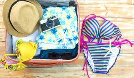 打开有旅游事的手提箱:妇女` s帽子, 免版税库存照片