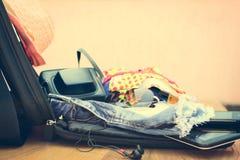 打开有旅游事的手提箱 库存照片
