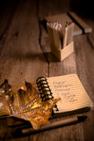 打开有曲奇饼食谱的笔记本在与秋天decorati的一张桌上 免版税库存图片