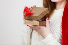 打开有珠宝的女性手金黄礼物盒成珠状 免版税库存照片