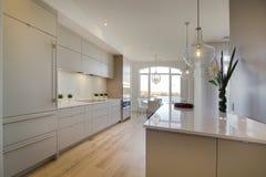 打开有白色丙烯酸酯的门的厨房 免版税库存照片