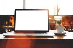 打开有空白的拷贝空间屏幕的便携式的便携式计算机您的正文消息或增进内容的 免版税库存照片