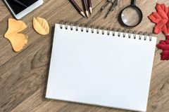 打开有空白纸的笔记本在木桌,顶视图上 免版税图库摄影