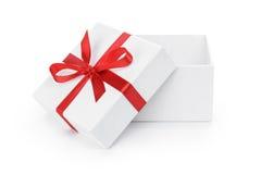 打开有红色丝带弓的白色织地不很细礼物盒 库存照片