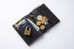 打开有美元现金、硬币、里面借方信用的卡片和锁着的关闭的棕色皮革钱包 库存图片