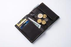 打开有美元现金的,硬币,借方信用卡片棕色皮革钱包 免版税图库摄影