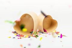 打开有色的五彩纸屑的心形的礼物盒 库存照片