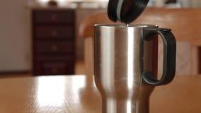 打开有蒸汽的一个杯子热水瓶 股票视频