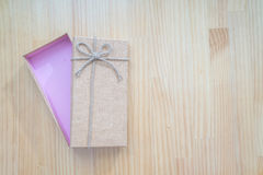 打开有褐色的礼物盒 免版税图库摄影