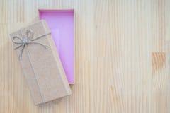 打开有褐色的礼物盒 免版税库存照片