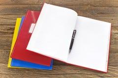 打开有铅笔的笔记本在木背景 免版税库存照片