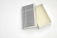 打开有银色丝带上面的小银制取菜餐具箱子 库存图片